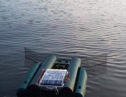 El robot que recoge basura en el Río Chicago manejado por el público