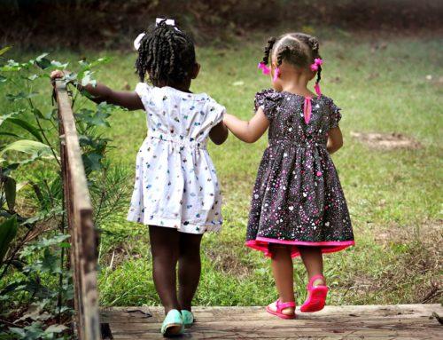 Niños con más tiempo afuera son adultos más felices