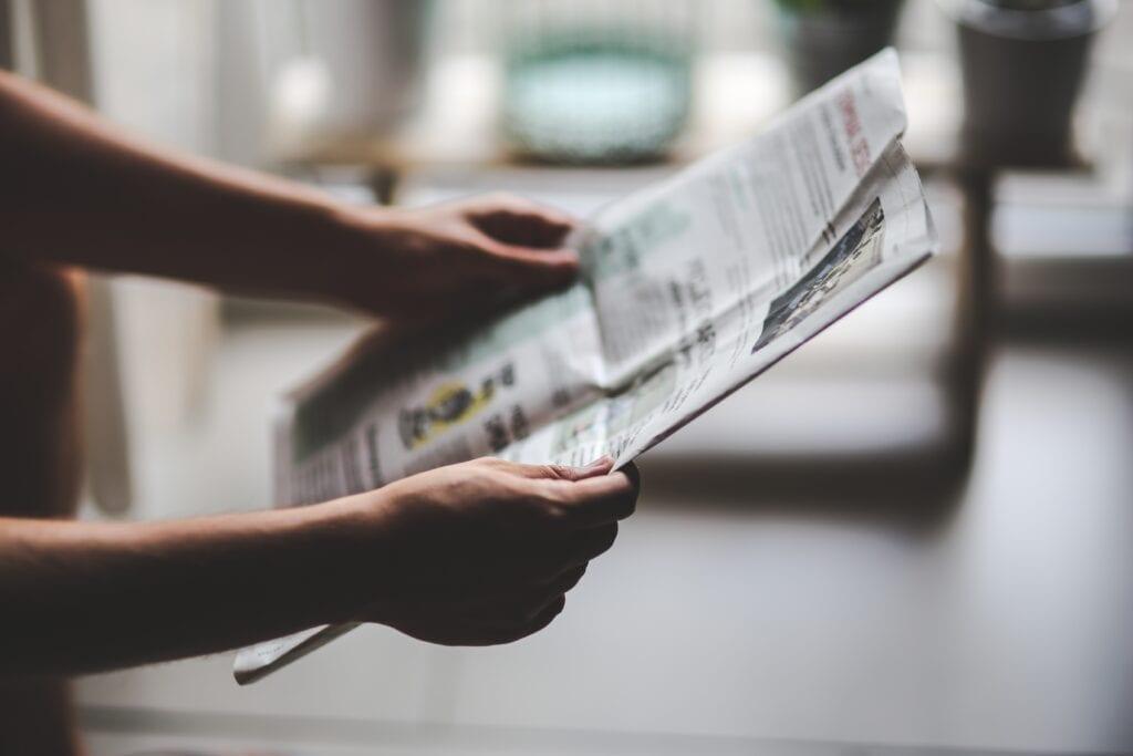 ¿Qué noticias transmite un periódico?
