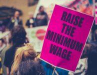 Mayoría de estadounidenses apoya aumento del salario mínimo